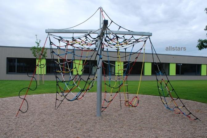 Klettergerüst Seilnetz : Mädchen spielen auf einem roten klettergerüst stockfoto bild